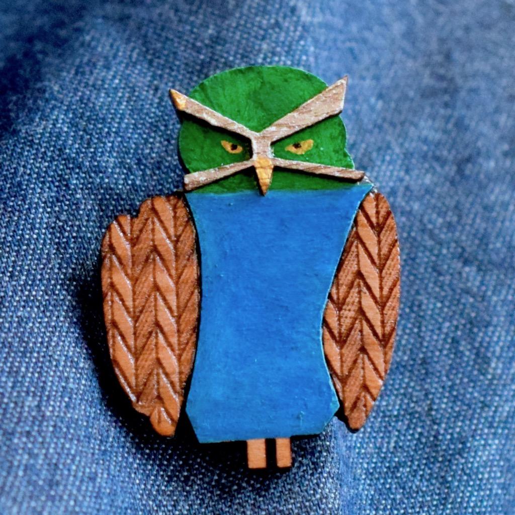 メガネフクロウの木製ブローチ4