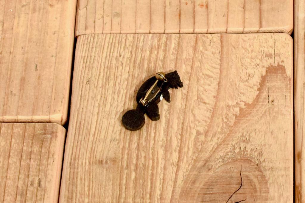 クマが球体で遊ぶ木製ブローチ4