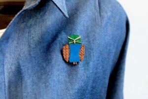 ネガネフクロウの木製ブローチ1