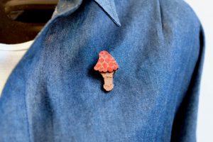 紅色キノコの木製ブローチ2