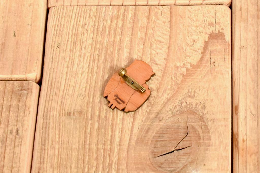 ネガネフクロウの木製ブローチ3