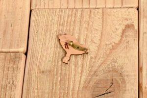 黄金色きのこの木製ブローチ4