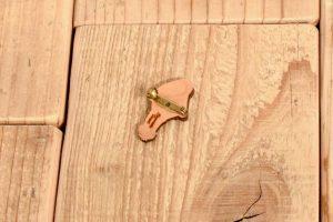 紅色キノコの木製ブローチ4