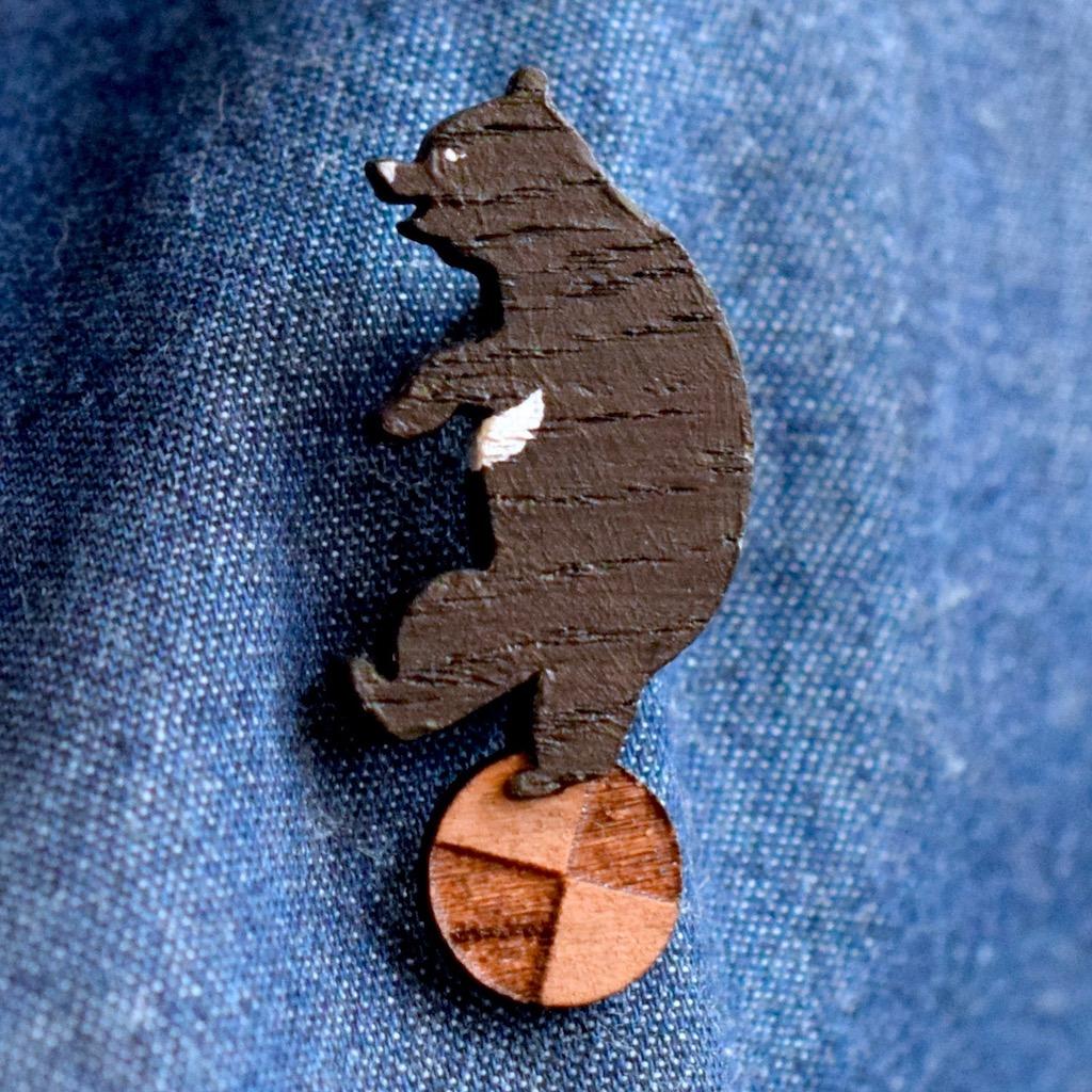 クマが球体で遊ぶ木製ブローチ2