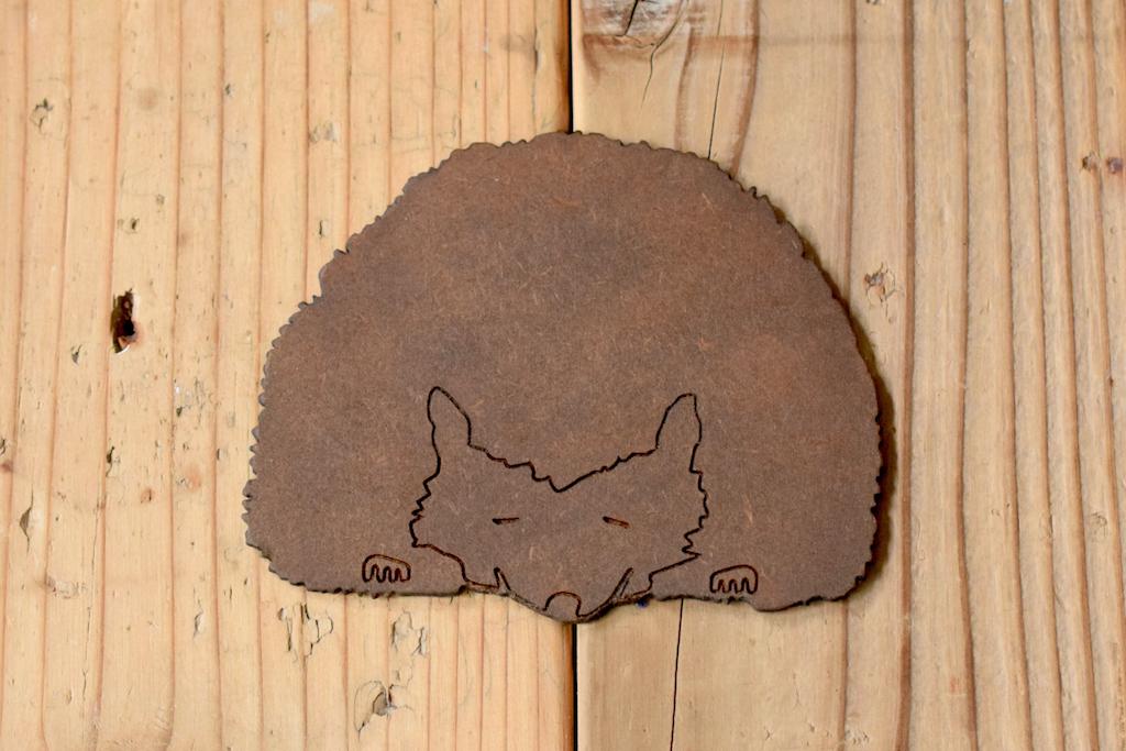 ハリネズミ王国のランドマークを削った木製コースター