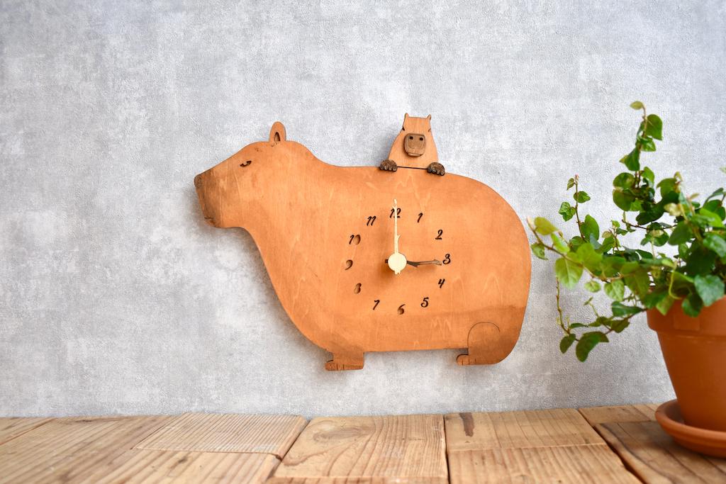 カピバラの木製掛け時計